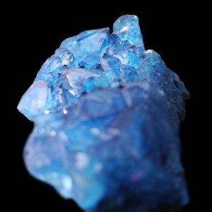 真珠は極薄サイズの鉱物片が積み重なった宝石。その薄さ、光の波長並み