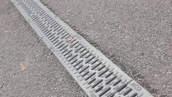 側溝に排水漏れ