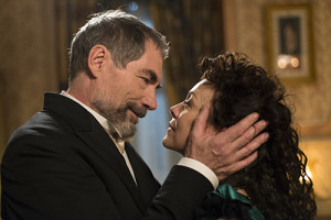 Timothy Dalton as Sir Malcolm and Helen McCrory as Evelyn Poole in Penny Dreadful (season 2, episode 5). - Photo: Jonathan Hession/SHOWTIME - Photo ID: PennyDreadful_205_1958