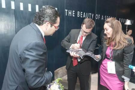 """Al término de la entrevista con Bartomeu Gomila, y ante la mirada de Guillermo Lira y Ana Morales , Directora de Marketing de Montblanc, """"Barto"""" plasmó su firma en un ejemplar de Watches World, mismo que será incluido en el museo de la revista."""