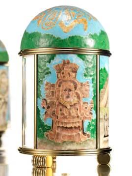 Isla de Jaina Famosa por sus numerosas tumbas, en las que se encontraron restos humanos, vasijas y abundantes figuras de cerámica y arcilla -conocidas como figurillas estilo Jaina-, la cantidad de las cuales demuestra el pleno dominio de la alfarería. La mayoría de estas estatuas -generalmente huecas-, puede emplearse como silbato o sonajero.