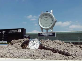 Master Collection Ref: L2.717.4.71.3 Funciones: horas y minutos; indicadores mediante agujas retrógradas: fechador y día de la semana, segundo huso horario de 24 h, segundero pequeño a las 6 h Fabricado en acero inoxidable, caja de 44 mm, correa de piel de cocodrilo marrón.