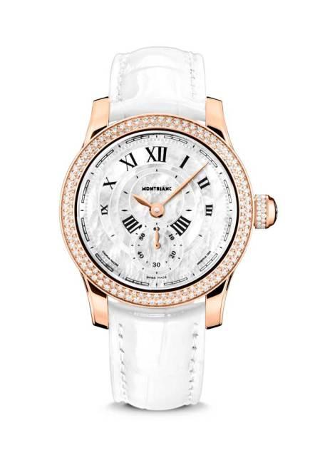Su caja de oro rosa de 18K tiene el tamaño perfecto para un elegante reloj femenino. Con un diámetro de 36mm, es lo suficientemente grande para mostrar la hora de forma fácilmente legible, pero no demasiado notoria, con lo que se asegura que las reglas de la elegancia serán siempre respetadas. Su apariencia se refuerza con unos cuernos ligeramente curvados y sus contornos se continúan armónicamente con la curva redonda de su caja. Un cristal de zafiro abombado, con un tratamiento antirreflejante en sus dos superficies, previene los reflejos y destellos y protege a la carátula que tiene el atractivo de mostrar incrustaciones en varios tonos que se ensamblan manualmente como finas hojuelas de madreperla. La carátula también tiene impresos numerales romanos, su periferia muestra una flor para los indicadores de los minutos, y los segundos se observan en una subcarátula a las 6 horas. Esta bella imagen está enmarcada en el modelo Seconde Authentique con un bisel cóncavo pulido, mientras que el bisel del Seconde Authentique Joya está decorado con 144 brillantes con un peso total de 0.93 K.