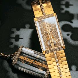 1980. La creación. Surge el Golden Bridge, dotado de un movimiento baguette delicadamente grabado a mano, que se revela a través de la impecable transparencia del cristal de zafiro de la caja.
