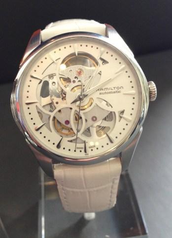 Reloj automático Skeleton para mujer, equipado con correa a dos tonos (blanco y rojo).