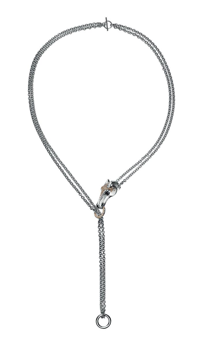 El caballo, símbolo de la Casa, se convierte en una joya preciosa a través de este collar largo en plata y diamantes marrones; el anillo en plata y el brazalete trenzado reafirman la belleza de este animal.