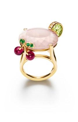 Pink Lady Cocktail Inspiration: anillo de oro amarillo de 18k con 1 cuarzo rosa corte oval (aprox. 26 quilates), 1peridot tallado (aprox. 2,23 ct), 2 rubellite corte gota (aprox. 2,01 ct), 15 diamantes talla brillante (aprox. 0,32 ct) y 4 esmeraldas redondas (aprox. 0,06 ct). Ref.. G34LY100
