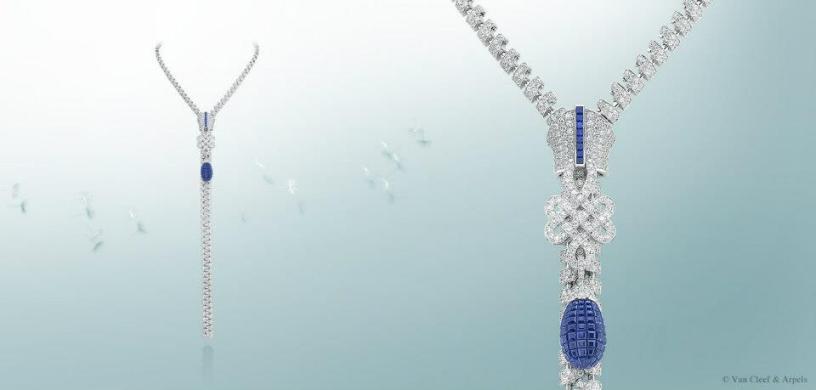 En oro blanco, diamantes, zafiros corte princesa y oro rojo. Esta creación puede utilizarse de dos diferentes formas al frente o al reverso.