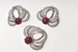 Grupo de tres broches de clip/Cartier Paris, 1955/Platino, oro, diamantes corte tipo baguette y brillante. Tres rubíes cabuchones con un peso aproximado de. 49 quilates. Estos broches de clips fueron diseñados para armar la tiara.