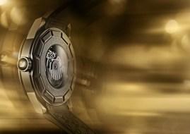 """Crystallium """"back side"""" // Sumergible hasta 100 metros, corona de acero inoxidable con el logotipo del Cisne resaltado en epoxi negro."""