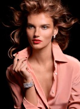 Colección Couture Précieuse // Pendientes en oro blanco de 18 quilates engastados con 100 diamantes talla brillante (aprox. 2,02 quilates). Ref. G38PX300 / Reloj pulsera en oro blanco de 18 quilates engastado con 474 diamantes talla baguette (aprox. 46 quilates). Esfera en pavé. Movimiento de cuarzo Piaget 56P. Ref. G0A38198