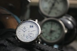 Lange 1 Time Zone junto al Rolls–Royce Silver Ghost Austrian Alpine Trials Car, producido en 1913 para la legendaria carrera de larga distancia a través de los Alpes.