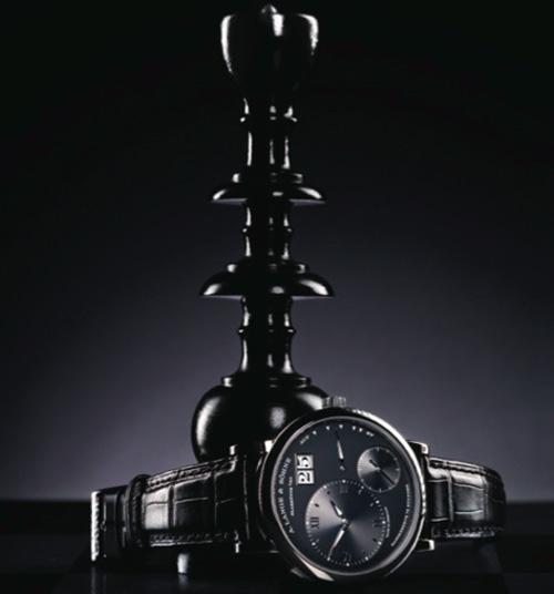 """Grand Lange 1 // Fabricado en caja de oro blanco, su calibre de manufactura L.095.2 demuestra el expertise relojero en sinónimo de la mejor artesanía. La comparativa con la figura del """"Rey"""" en el ajedrez no pudo tener mejor representante."""