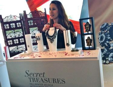 Captamos a Lorena García Aranda, PR & Communication Manager de Swarovski, enseñándonos una de las piezas más importantes de la colección Secret Treasures Fall/Winter 2013, el collar Shourouk inspirado en la India.