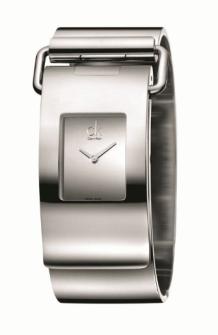 PUMP // El elemento clave de ck pump es su cierre, el cual presenta un toque fresco y de confianza en el brazalete del reloj. El acero pulido en la caja y en el brazalete hacen juego con la caratula negra o tipo espejo.