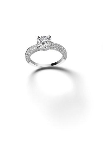 Sortija de platino con un diamante (1.51cts) y diamantes engastados. Ref. 825500-9039