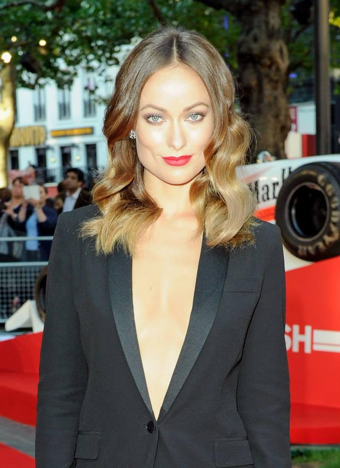 Olivia Wild con aretes Limelight en la proyección especial de la película Rush, que ella protagoniza.