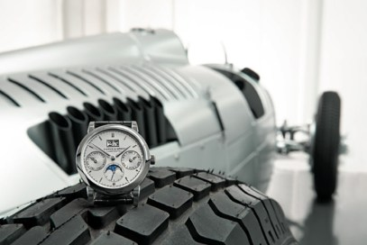 Saxonia Annual Calendar de platino sobre un neumático del Racing Car Type C.