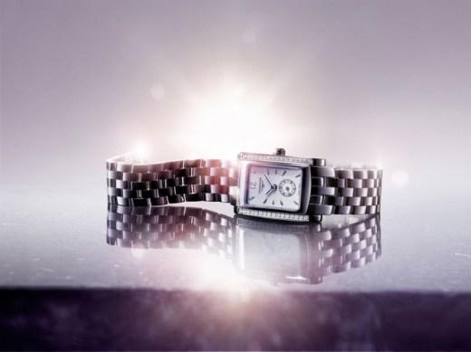 Este reloj de cuarzo (calibre L178) de acero está engastado con 32 diamantes (0.269 quilate, Top Wesselton VVS), cuyo centelleo realza su forma rectangular de proporciones armoniosas. El cuadrante blanco ostenta diez índices, un número 12 árabe y agujas plateadas que indican las horas y los minutos, así como un pequeño segundero a las seis horas. Un brazalete de acero complementa este modelo contemporáneo y elegante, hermético hasta 3 bar (30 metros).