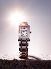 """Este reloj de cuarzo (calibre L178) de acero y oro rosa está engastado con 32 diamantes (0.269 quilate, Top Wesselton VVS), cuyo centelleo realza su forma rectangular de proporciones armoniosas. El cuadrante plateado """"flinqué"""" ostenta once números romanos y agujas azules que indican las horas y los minutos, así como un pequeño segundero a las seis horas. El reloj está provisto de un brazalete de acero y oro rosa, armonizado con la caja. Hermético hasta 3 bar (30 metros)."""