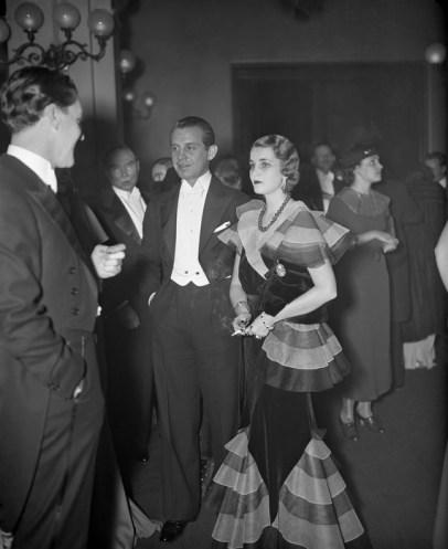 Barbara Hutton y su entonces esposo, el príncipe Alexis Mdivani a su arribo al Metropolitan Opera House de Nueva York en 1933. Hutton portaba el collar Cartier de jadeíta.