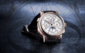 El 1825 RATTRAPANTE PERPETUAL CALENDAR reune la técnica fascinante de un cronógrafo para fracciones de segundo con la interminable precisión de un calendario perpetuo. El sistema geocéntrico ptolomeico es visible en el reverso del reloj. Este postulaba que la Tierra permane- cía inmutable en el centro del universo hasta que la teoría fue sustituída por la teoría de Copérnico en el siglo XVI.