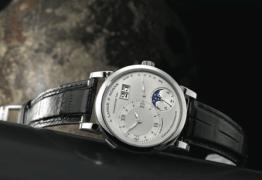 Lange 1 Fase Lunar, la complicación necesita un solo ajuste posterior a 122.6 años.
