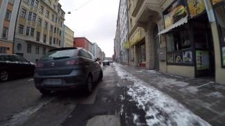 Beparkter Radweg in der Paul-Heyse-Straße an einem Sonntagnachmittag