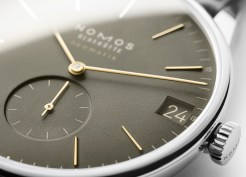 The date display—in the form of a large window at three o'clock—was designed specifically for this watch model, and completes its timeless design.