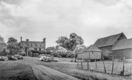 32_archive-image-of-salisbury-hall-a-small-16th-century-manor-house-where-the-first-mosquito-was-built-in-total-secrecy