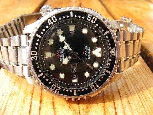 200m water resistant diving watch