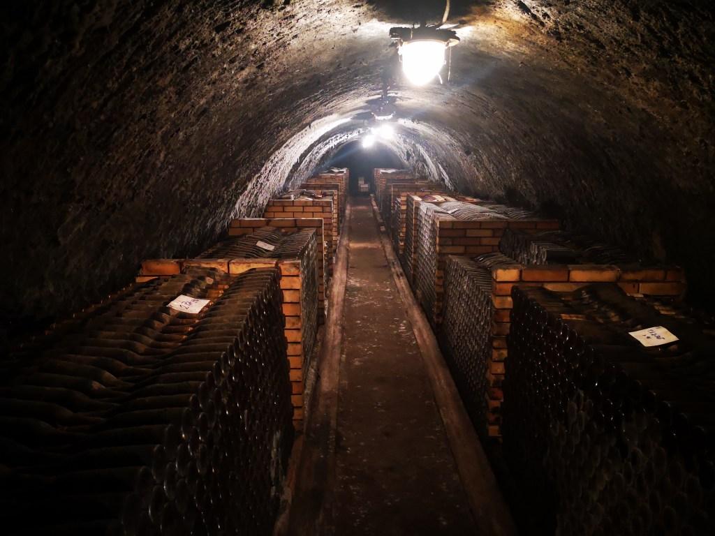 2500 meter onder de grond, drie keer gefermenteerd en zes houten kuipen: meneer bezoekt de Tokaj regio