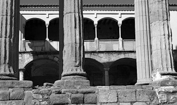 Ducal palace with Temple of Diana Merida BW P1000243