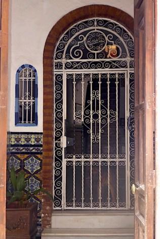 Doorway in Seville P1050248