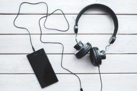 rsz_kaboompicscom_black_headphones_with_mobile_smartphone_photo_by_staffage_via_kaboompicscom_