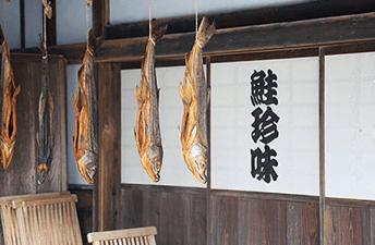 ปลาแซลมอนแขวนยื่นออกมาจากชายคา เพื่อตากลมหนาวจากทะเล (เมืองมุระคะมิ จังหวัดนีงะตะ)
