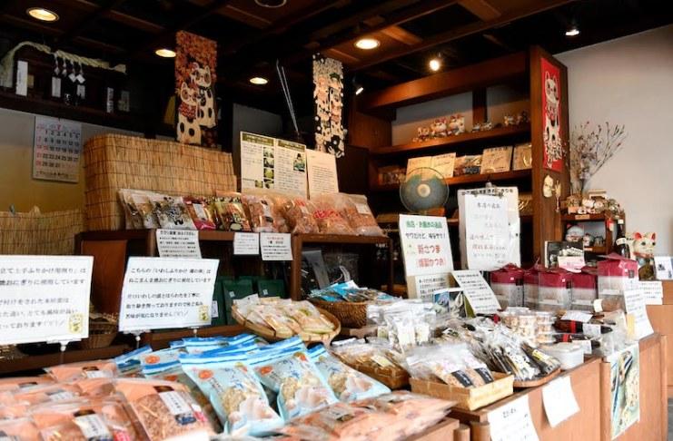 ภายในร้านเต็มไปด้วยของแห้งต่างๆ ทั้งปลาคัตสึโอะแห้งและปลาซาร์ดีนแห้ง