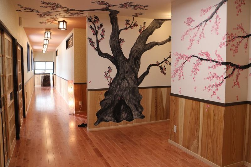 室內溫泉幾年前重新整修。牆面上繪製山櫻花與日本吊鐘花,就算冬季也能欣賞花朵綻放的美景,夜晚也能夠舒適入浴