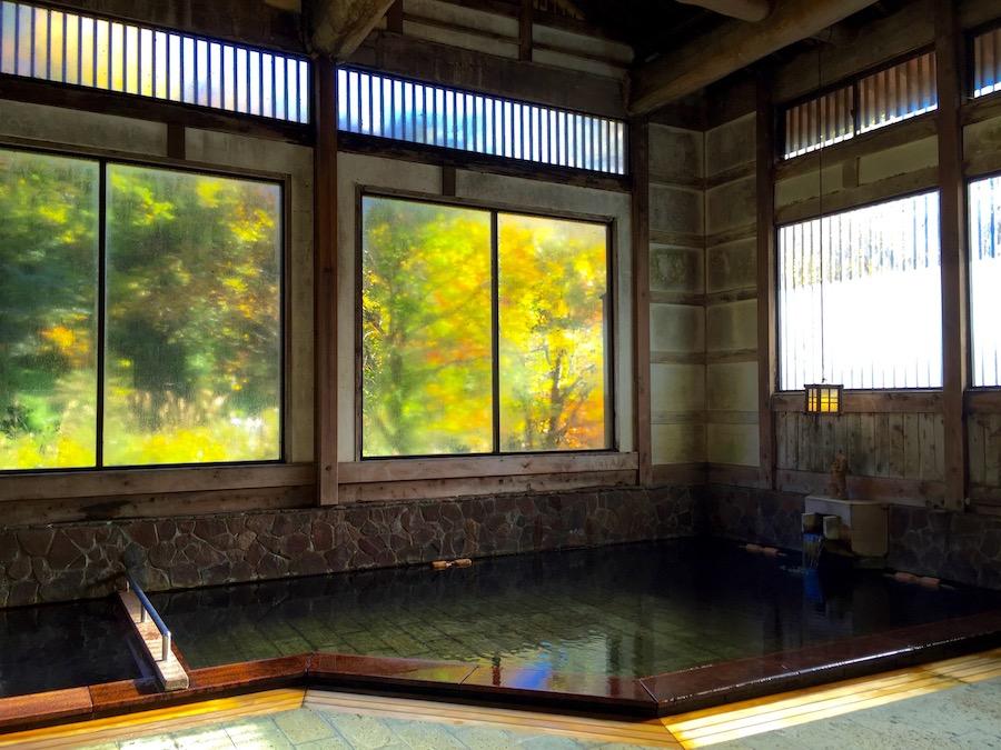 高挑設計的溫泉池,分有36度與42度兩種湯溫泉池。