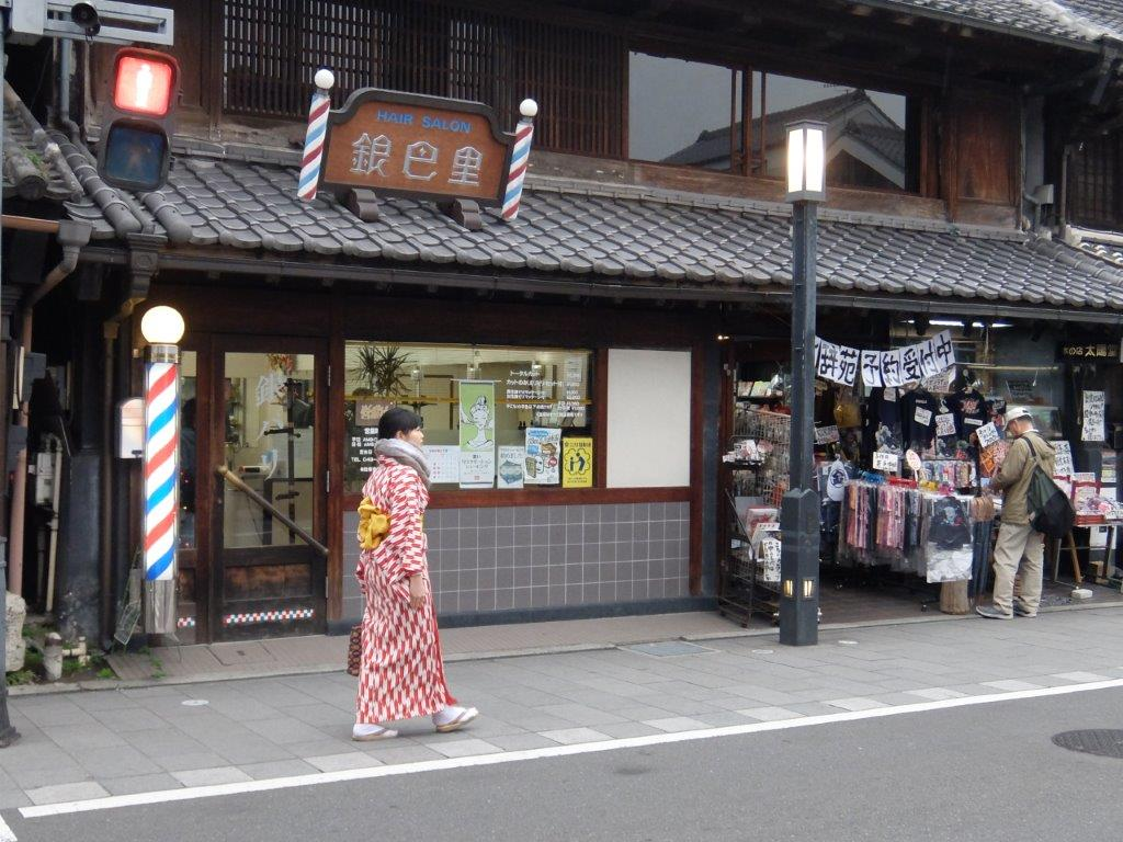 Wear a kimono and walk on the historic streets. Really feel like traveling back in time to the Edo period.