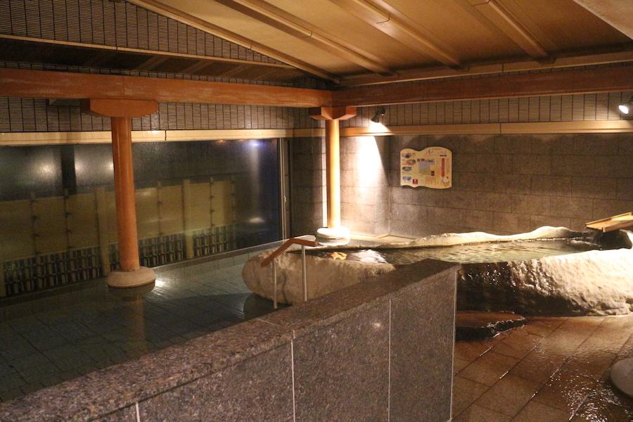 巨石裝飾在室內溫泉,周末則變身為燭光點綴的溫泉池