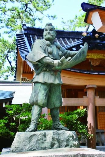 神社境內設有閱讀勸進帳的弁慶銅像