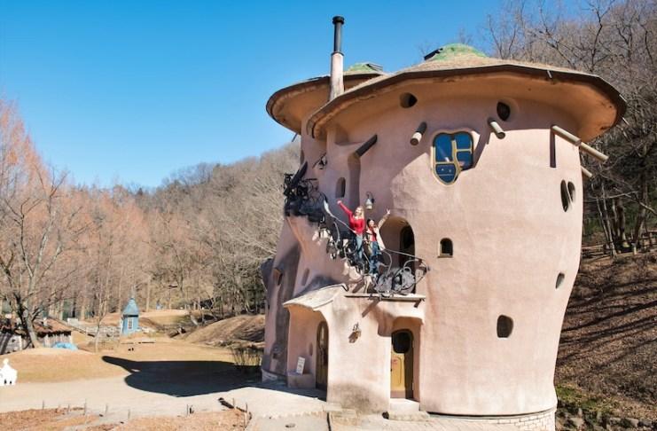 宛如童話般才會出現的小屋矗立在公園內