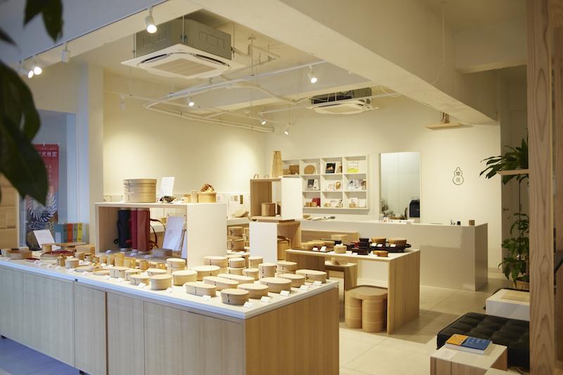 店內陳設各種專業曲木盒職人製作的作品