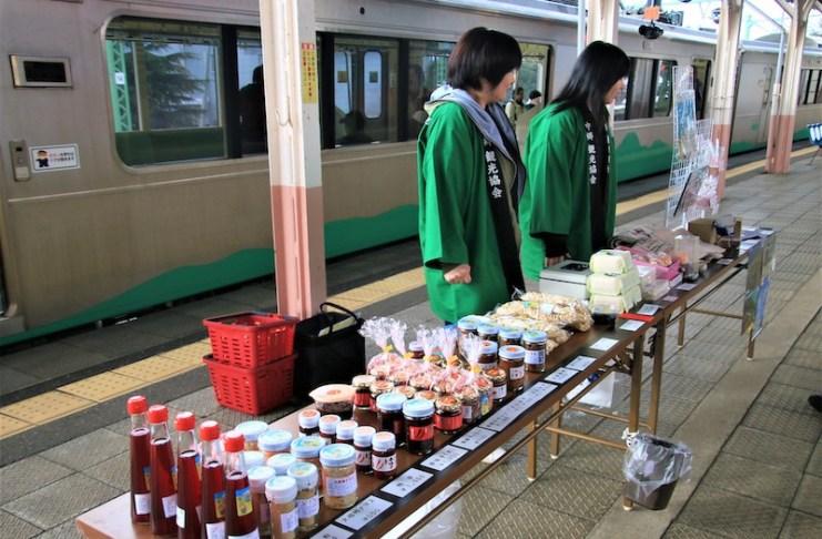 二本木站月台上有當地居民販售當地食材或是調味料
