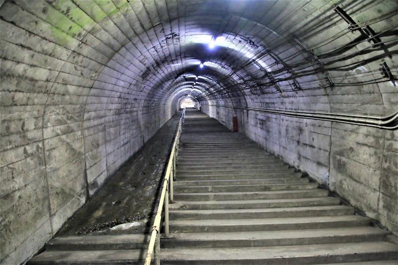 需要走過290個以上的階梯才能抵達地面