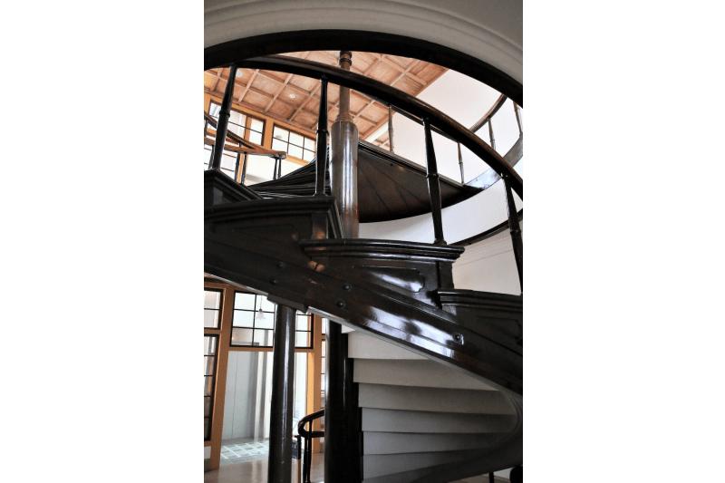 一進入小坂礦山事務所就可見到螺旋階梯