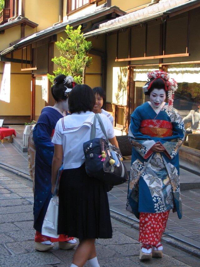 geishas-in-kyoto-1536886-639x852