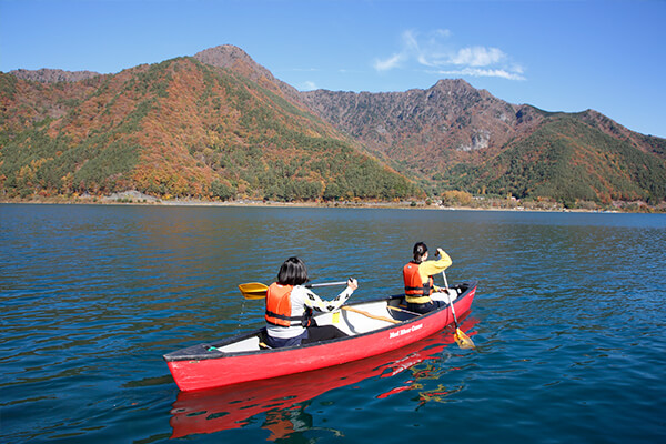 We were quite tense because it was our first try at canoeing. The beauty of Lake Saiko, however, soothed our nervousness right away.