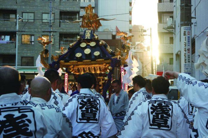 Nishiasa Sankita (Nishiasakusa Sanchome Kita Chokai) mikoshi carrying